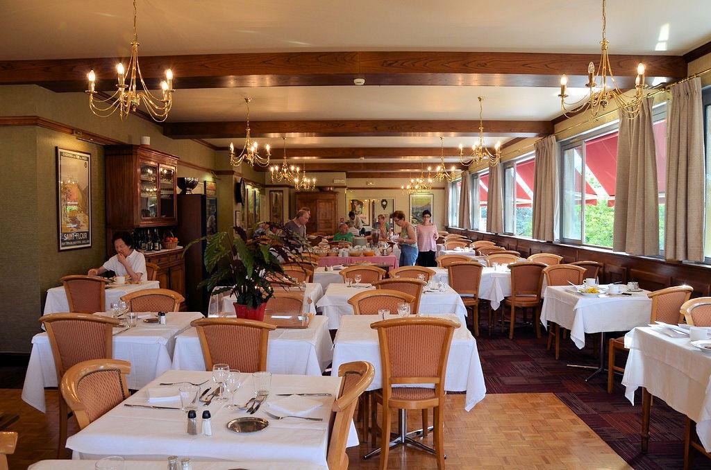 Salle de restaurant du Family à Vic