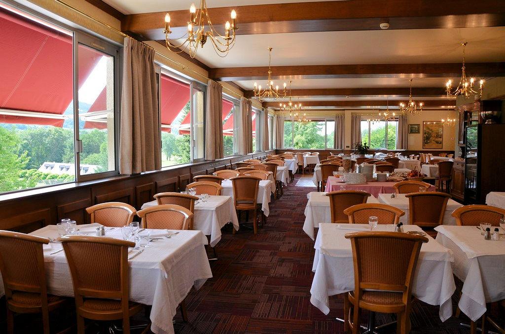 Grande salle de restaurant