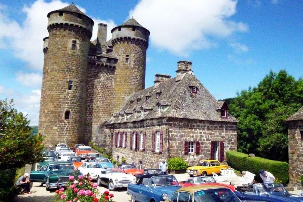 concentration de voiture de collection Château Cantal